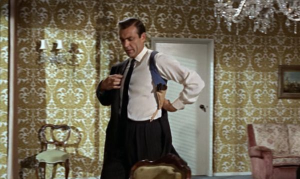 James Bond con funda de hombro